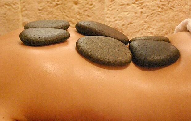 Masaje relajante de piedras calientes